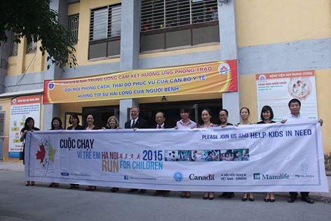 Đại sứ Canada David Devine, Nghệ sĩ Nhân dân Lê Khanh và Ban Tổ chức Cuộc chạy vì trẻ em tại Bệnh viện Nhi Trung ương ngày 14/10/2015.