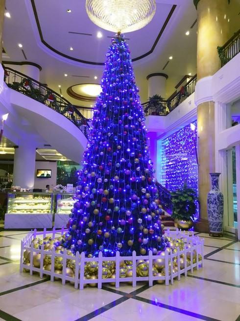 Cây thông Noel giữa đại sảnh khách sạn mang lại không khí tưng bừng của mùa Lễ hội.