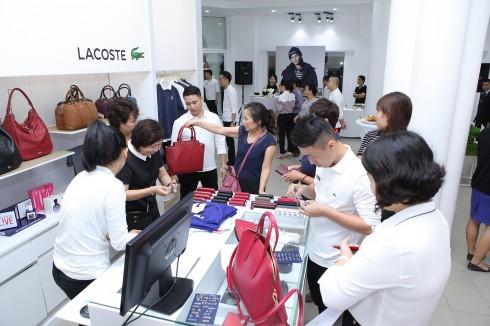 Khách hàng tham quan mua sắm tại cửa hàng Lacoste