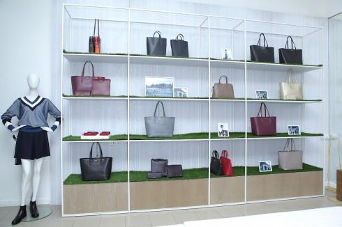 Bộ sưu tập được phát triển bởi các nhà thiết kế ở Paris và được gia công bởi các thợ thủ công người Pháp tại các xưởng riêng ở Paris, nước Pháp.