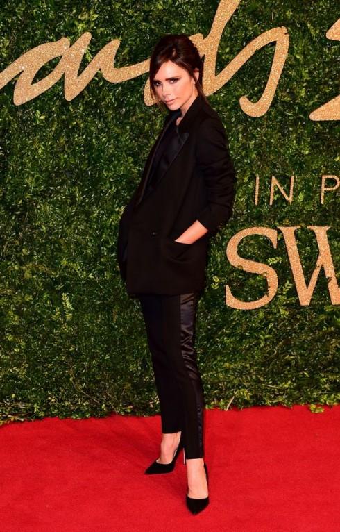 Victoria Beckham cho thấy goute thẩm mỹ tinh tế của mình qua sự phá cách trong trang phục dạ hội lần này, một bộ suit với những đường may sắc sảo thay cho những chiếc váy dạ hội thướt tha
