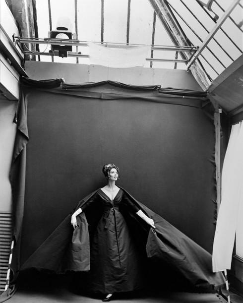 Suzy Parker mặc đầm dạ tiệc của Dior - Nhiếp ảnh gia Richard Avedon (08/1956)