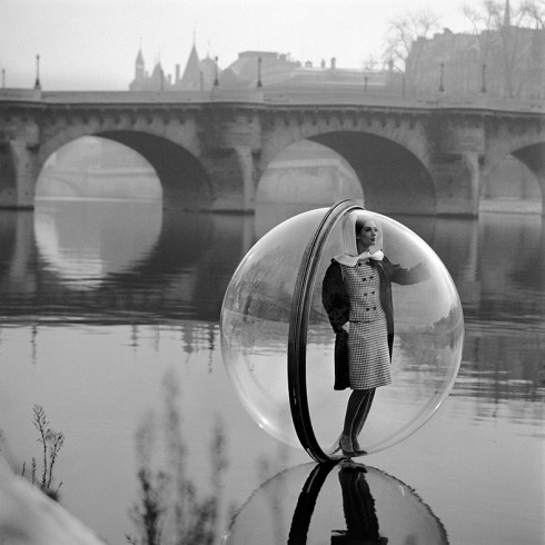 On the Seine - Nhiếp ảnh gia Melvin Sokolsky (1963)