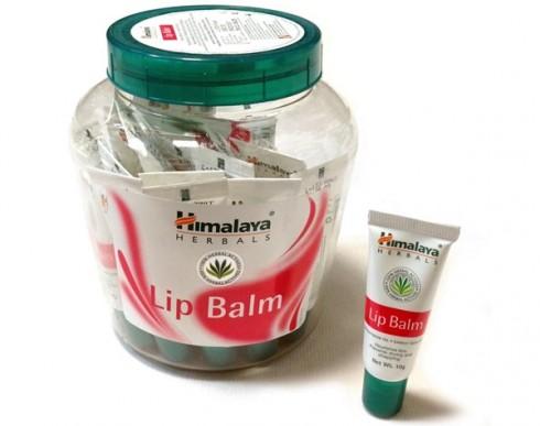 Son chứa dầu hạt cà rốt, dầu dừa và dầu thầu dầu, giàu vitamin E giúp làm mềm môi và bảo vệ đôi môi dưới tia tử ngoại một cách hoàn hảo.