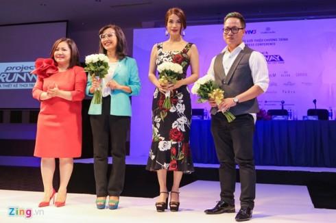 Bà Quỳnh Trang và dàn giám khảo chương trình ra mắt báo giới trên sân khấu sự kiện. Do bận việc riêng nên NTK Công Trí vắng mặt ở họp báo.