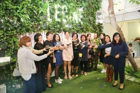 Nhà thiết kế Phiêu Linh (đầm màu hường, giữa) cùng cộng sự của mình - Nhà thiết kế Ta Hye (áo đen thứ 2 từ trái qua) cùng các vị khách nâng ly mừng khoảnh khắc ý nghĩa.