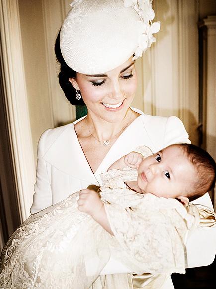 Công nương Kate Middleton ôm con công chúa Charlotte vào lòng trong lễ rửa tội