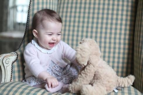Trong bộ váy nhỏ xinh, công chúa Charlotte làm tan chảy trái tim bao người xem vì vẻ bụ bẫm đáng yêu của mình