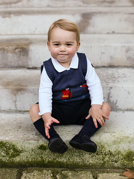 Hoàng tử George với nụ cười đầy tinh nghịch với đôi má ửng hồng trong bức ảnh được chụp vào thời điểm cuối năm 2014, khi George vừa tròn 17 tháng tuổi