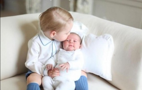 Hoàng tử George cùng em gái, công chúa Charlotte trong bộ ảnh đầu tiên của hai anh em sau khi Charlotte chào đời