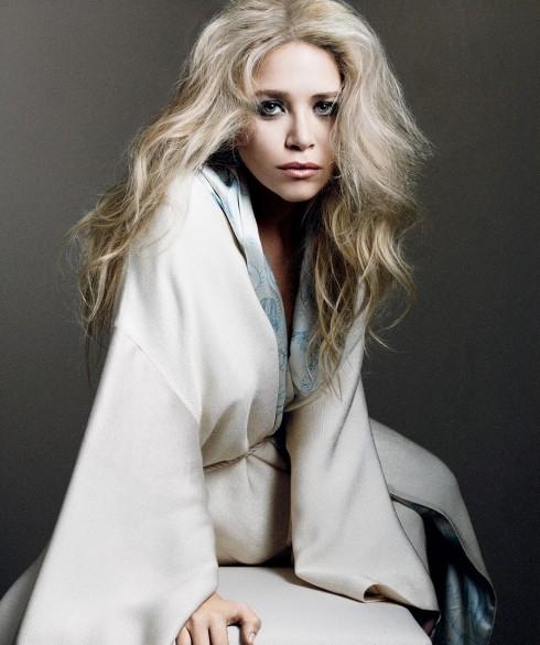 Ngày 27/11 vừa qua, Mary Kate Olsen đã chính thức trở thành vợ của Oliver Sarkozy, một doanh nhân làm việc và sinh sống tại New York. Oliver cũng là em trai cùng cha khác mẹ của cựu tổng thống Pháp Nicolas Sarzoky