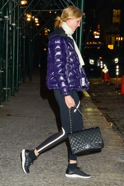 Ngừoi mẫu Karie Kloss phối trang phục Athleisure cùng túi Chanel. Tại sao không?