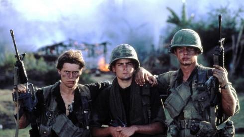 Charlie Sheen (giữa) trong bộ phim đầu tay của anh mang tên Platoon vào năm 1988
