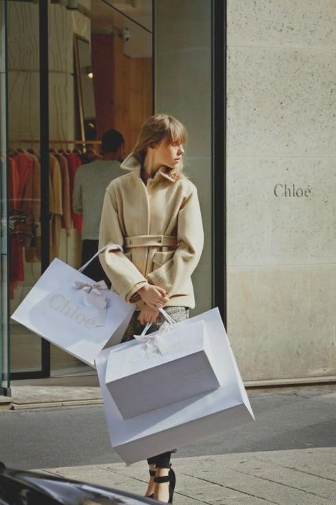 Sự ồn ào và một không gian quá đông người gây ra những ảnh hưởng không nhỏ đến tâm lý shopping của bạn.