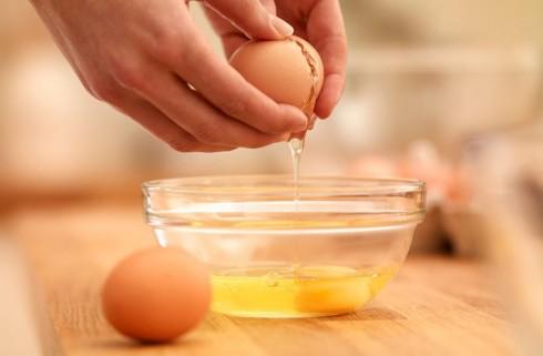Trứng gà, mật ong và sữa là những thực phẩm rất tốt cho việc tăng kích cỡ vòng một tự nhiên