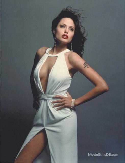 Thời trang thập niên 1980 chú trọng đến sự gợi cảm của phụ nữ, nên đầm dạ hội được thiết kế ôm sát body, nổi bậc vòng eo con kiến, phần cổ được khoét sâu táo bạo, nhằm lộ vòng 1 nóng bỏng, đường xẻ tà cao giúp khoe bắp đùi thon thả.