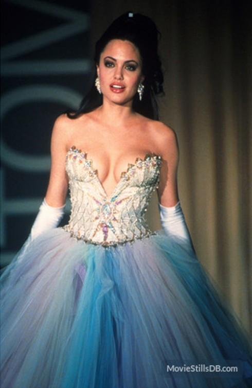 """""""Nữ hoàng sàn catwalk"""" trong thiết kế đầm dạ hội mang cảm hứng trời xanh, với phần thân áo được đính đá quý lấp lánh, kiêu sa, xẻ ngực sâu khoe trọn khuôn ngực đầy sức sống."""