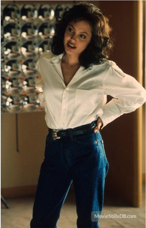 Đằng sau ống kính, Gia quay trở lại với quần jeans cạp cao, thắt lưng da và áo chemise trắng giản đơn.