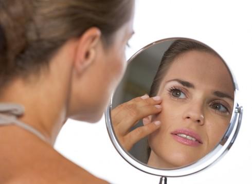 Ăn thức ăn giàu thành phần chống oxy hoá và sử dụng sản phẩm chăm sóc mắt có tính chống oxy hoá sẽ giúp chống lại những ảnh hưởng của lão hoá do môi trường lênvùng da quanh mắt.