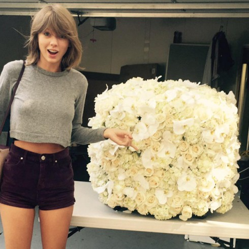 Bức ảnh được đăng tải trên Instagram khi Taylor Swift nhận được bó hoa khổng lồ từ đàn anh Kayne West. Taylor Swift đã nhận về 2.6 triệu lượt like cho bức ảnh này.