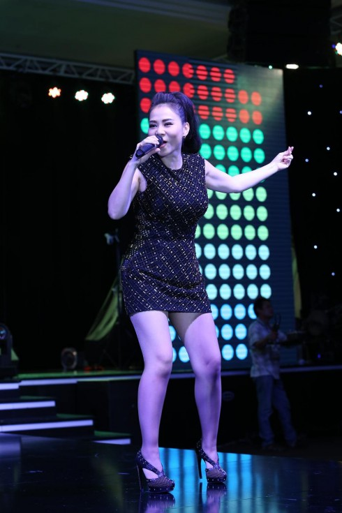 Ca sĩ Thu Minh trình diễn đầy sôi động với ca khúc Đường cong