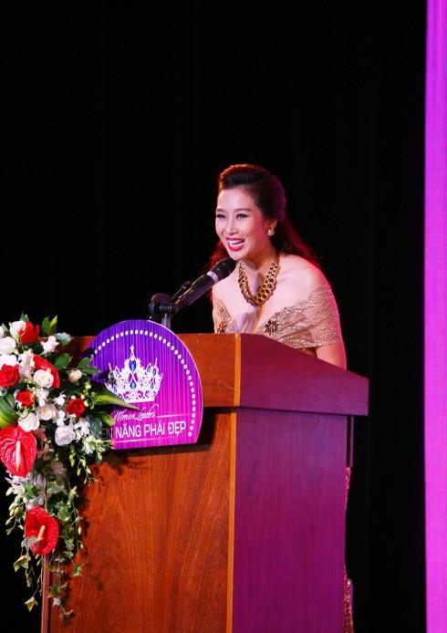 Á hậu Quý bà Thế giới Thu Hương - Trưởng Ban tổ chức chương trình phát biểu tại đêm Vinh danh