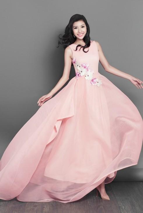 Một Thúy Vân dịu dàng như một nàng công chúa trong chiếc váy màu hồng nhẹ có cảm hứng từ hoa anh đào