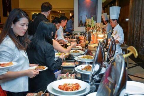 Đồ ăn được nhập khẩu với hương vị được chế biến kiểu Âu hoặc kết hợp khiến thực khách hài lòng.