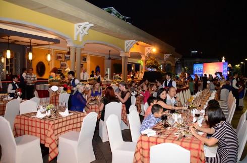 Các tiết mục giải trí đặc sắc được dàn dựng công phu sẽ làm cho đêm tiệc thêm sắc màu.