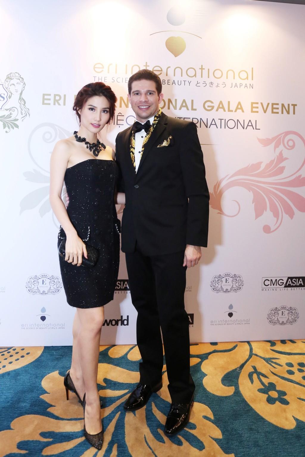 Diễm My là một trong những ngôi sao đầu tiên có mặt sự kiện khai trương.Cô chọn chiếc đầm quây đen trang nhã của nhà thiết kế Chung Thanh Phong.