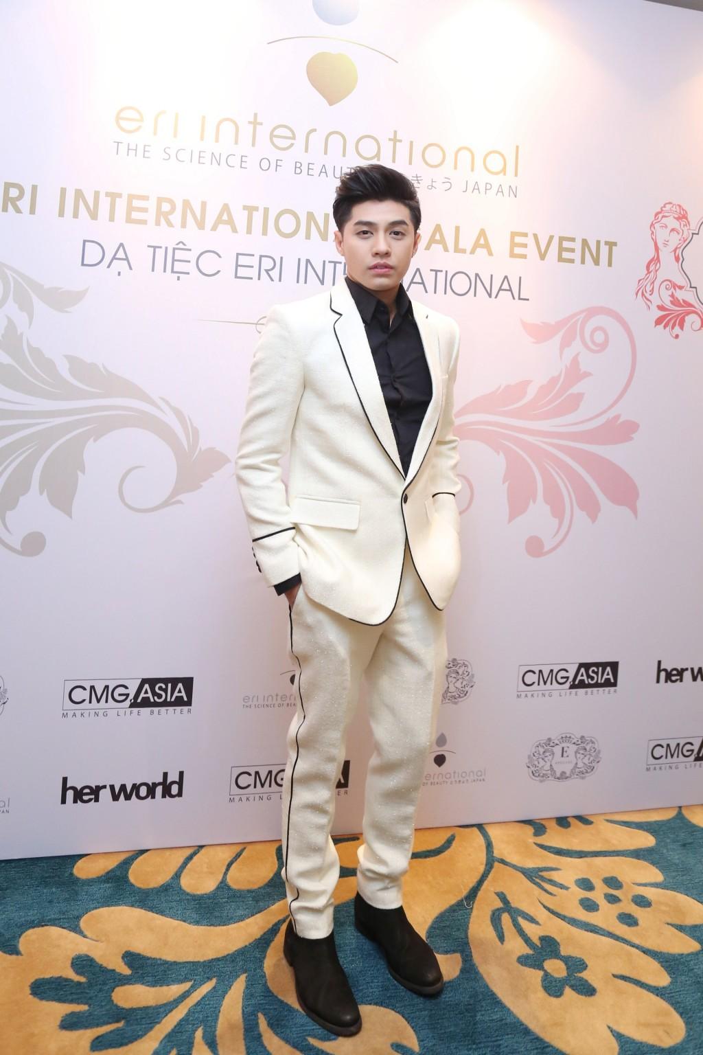 Ca sĩ Noo Phước Thịnh cũng đến chúc mừng đàn chị. Nam ca sĩ diện suite trắng sang trọng.