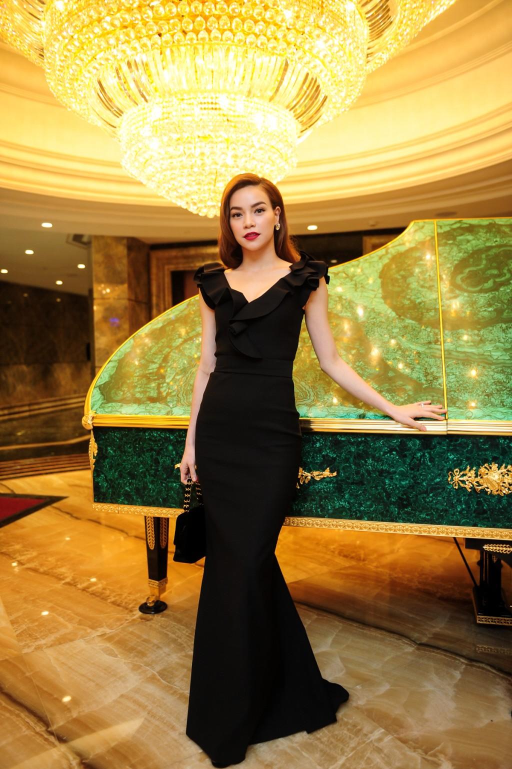 Riêng chủ nhân đêm tiệc, ca sĩ Hồ Ngọc Hà tiếp tục giữ vững phong độ với đầm đen kết hợp cùng túi xách chanel.