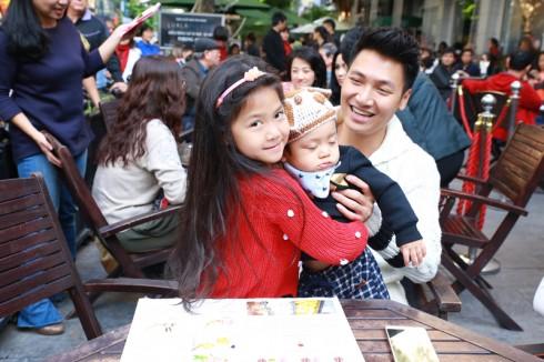 Cặp bố con nổi tiếng của Bố ơi mình đi đâu thế -  diễn viên Mạnh Tường cũng rất háo hức thưởng thức buổi diễn.