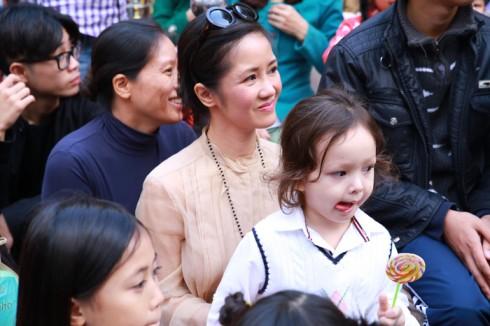 Chị Bống Hồng Nhung cũng đưa con đến thưởng thức buổi diễn.