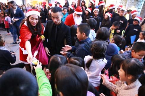 các khán giả nhí của chương trình đã hết sức vui sướng với sự xuất hiện của Ông già Noel và các Miss Santa