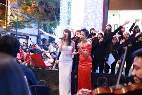 """Chị đã cùng với ca sỹ Nhật Thủy trình bày nhạc phẩm """"If we hold on together"""""""