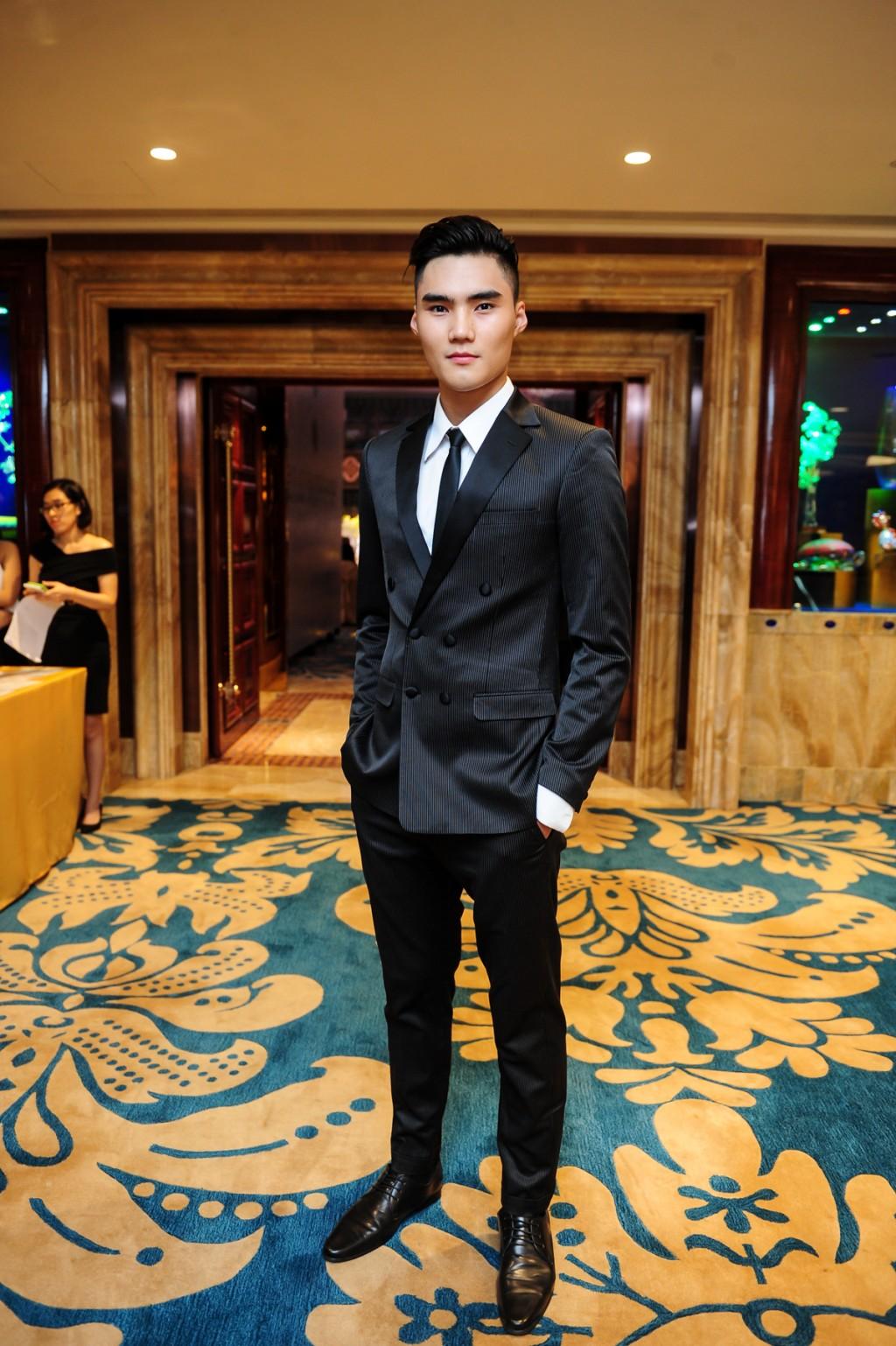 Quán quân VNTM 2014 - Quang Hùng lịch lãm trong trang phục vest của thương hiệu MAS