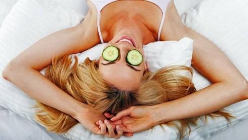 Ngoài cách đắp dưa leo lên mắt thông thường, bạn có thể ép dưa leo lấy nước và thoa nhẹ nhàng lên vùng da mắt để giảm quầng thâm
