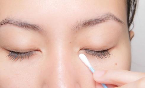 Bạn có thể dùng tăm bông lấy kem và chấm nhẹ lên mắt để hạn chế tối đa nguy cơ hình thành nếp nhăn ở vùng da nhạy cảm này.