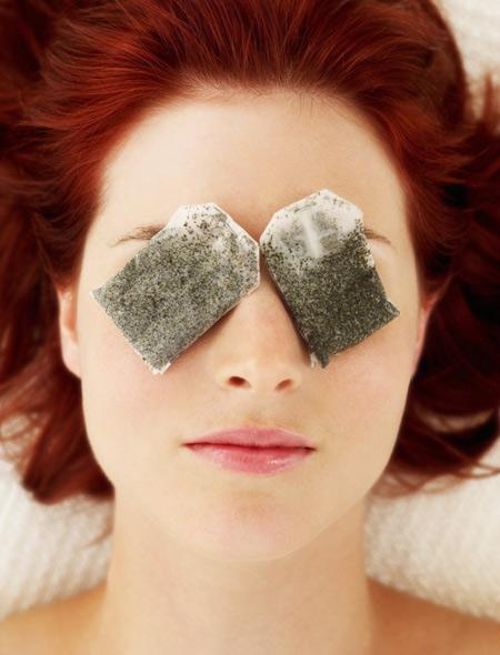 Sử dụng trà túi lọc đắp mắt là một trong những mẹo trị quầng thâm mắt phổ biến và hiệu quả nhất
