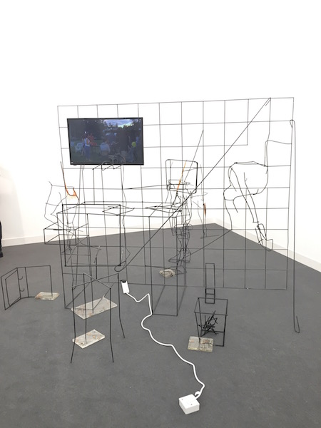 Tác phẩm The Office (2015) của Neil Beloufa tại booth của Mendes Wood DM - Ảnh: Lorena Muñoz-Alonso