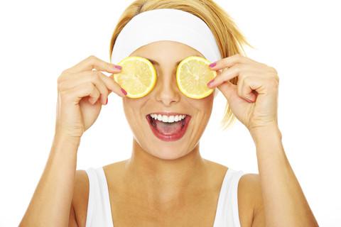 Vitamin C rất tốt trong việc điều trị quầng thâm và bọng mắt. Ch