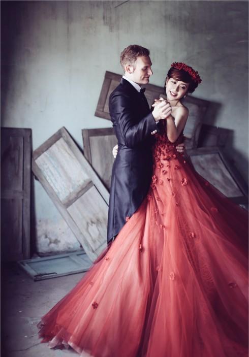 Từ ngày 25/11 đến 30/01/2016, khi ký hợp đồng đặt tiệc cưới tại Trung tâm hội nghị White Palace, bạn sẽ được tặng áo cưới thiết kế cao cấp của thương hiệu Joli Poli trị giá 35,000,000 VNĐ. Quà tặng dành cho tiệc cưới tổ chức từ 15/02 đến 30/07/2016, có số lượng từ 250 khách trở lên.
