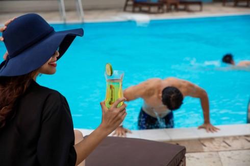 Fit Lounge, mở cửa 24/7, với bể bơi cho người lớn và trẻ nhỏ.