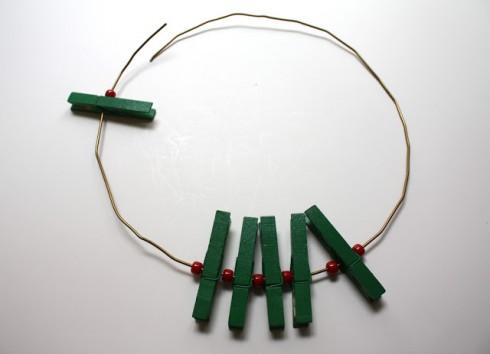 Bước 3: luồn xen kẽ kẹp gỗ và hạt nhựa vào dây kẽm.