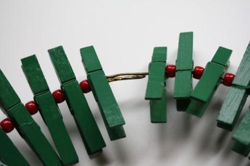 Bước 4: cố đình hai đầu kẹp lại bằng keo sau khi đã luồn kẹp và hạt nhựa.