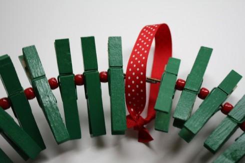 Bước 5: luồn ruy băng để làm điểm treo lên cửa.