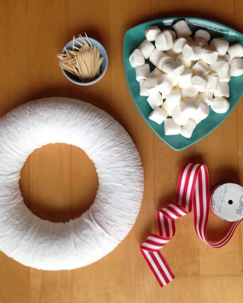 Nguyên liệu: form vòng hoa  loại mút xốp, 3 gói lớn kẹo Marshmallow, tăm, dây ruy băng.