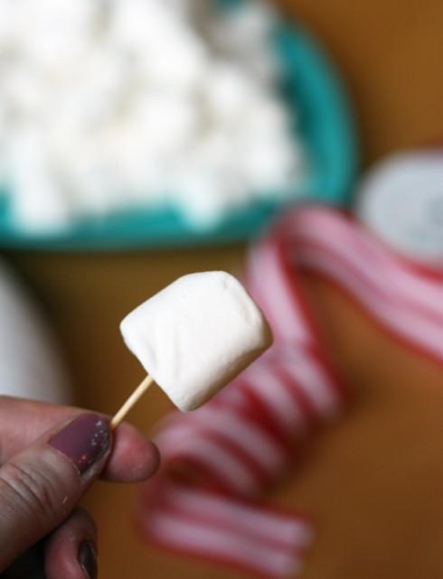 Bước 1: ghim tăm vào từng viên kẹo Marshmallow.