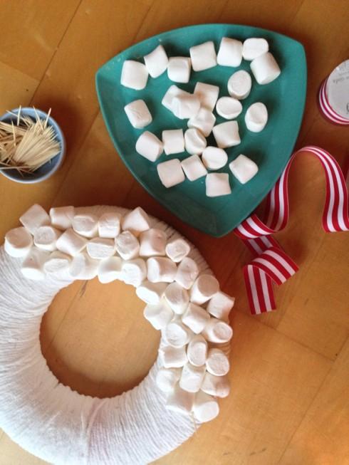 Bước 3: các viên kẹo Marshmallow nên được đính một cách